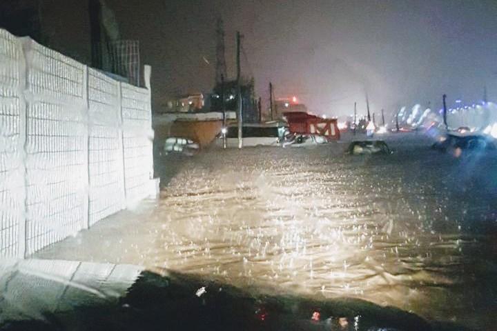 Përmbytjet dalin jashtë çdo parashikimi, gomone në autostradën Tiranë -Durrës /Foto
