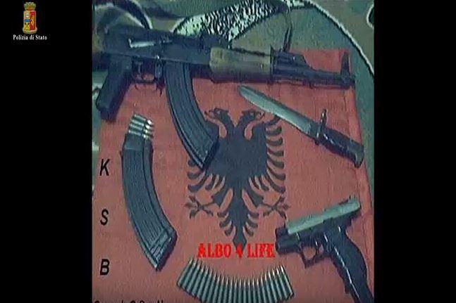 Italia dëbon dy shqiptarë si kërcënim terrorist, shikoni çfarë bënin me flamurin tonë /Video