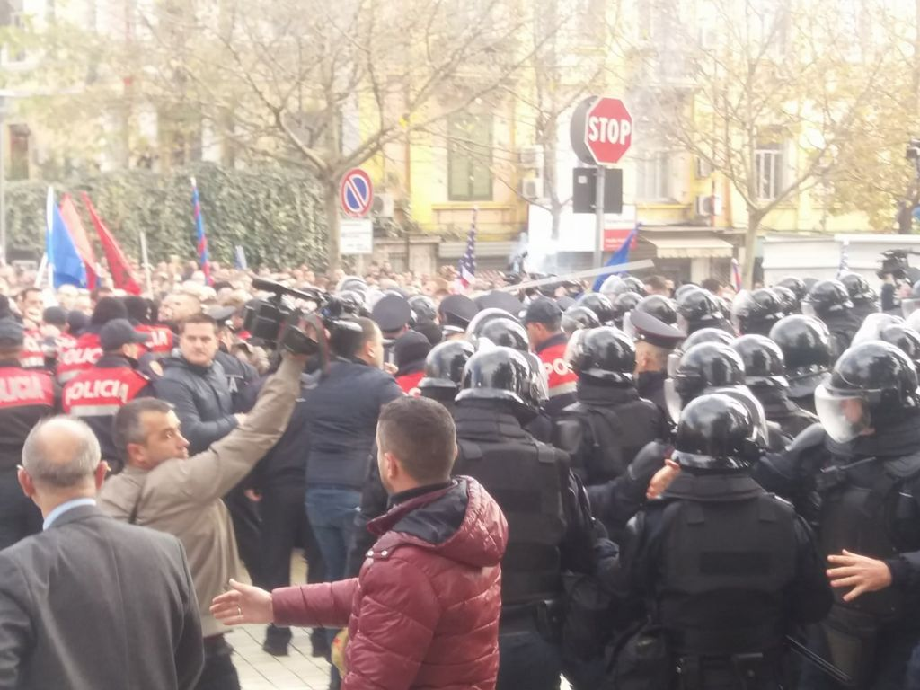 Protestuesit tentojnë të hyjnë në Kuvend, përplasen me policët