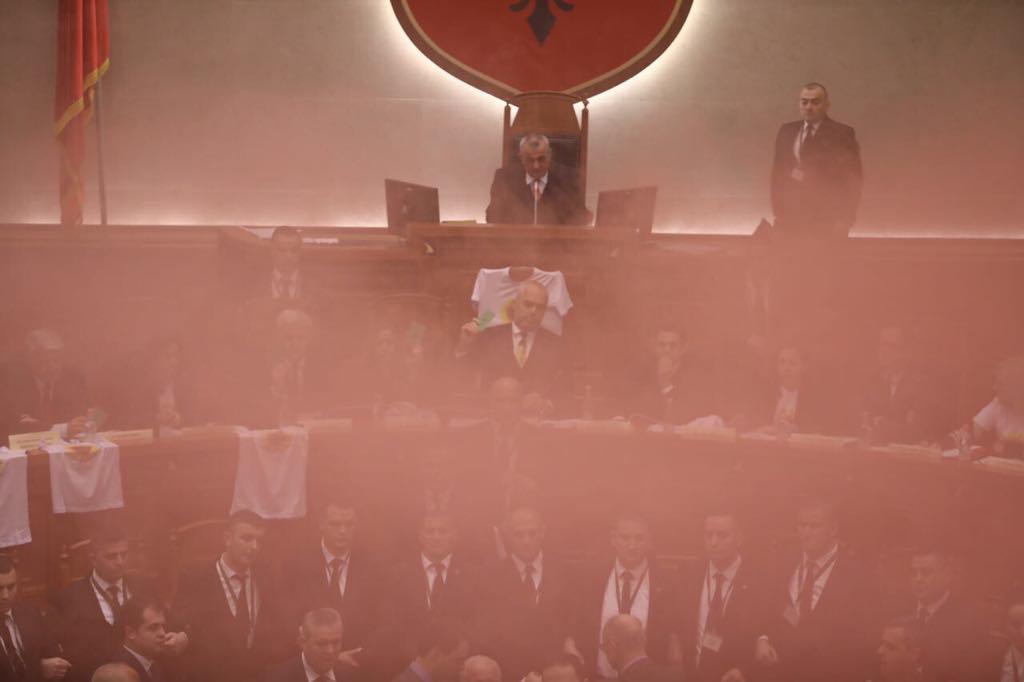 Çmendet Kryemadhi, heq çizmet dhe qëllon Ramën në Kuvend [FOTO]