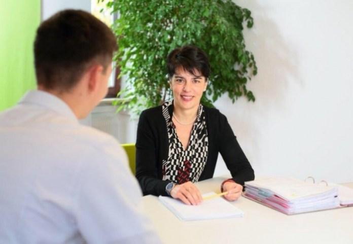Gazetarja shqiptare krenohet për arritjet e së motrës në politikën gjermane /Foto