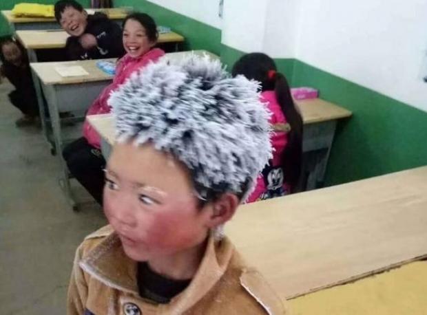 -9 gradë, por ky fëmijë nuk i ndahet shkollës /Foto