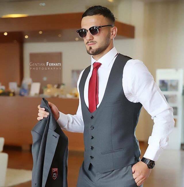 Ajo s'e linte rehat në Facebook, futbollisti i kombëtares shqiptare fejohet me fansen e zjarrtë /Foyto