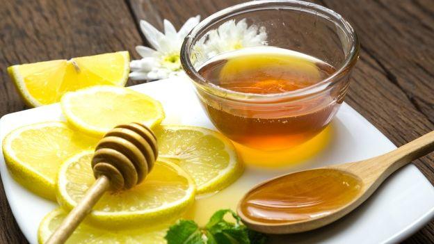 Ajo piu mjaltë, limon dhe ujë të nxehtë çdo mëngjes për 1 vit. Ja çfarë i ndodhi
