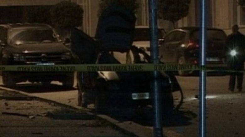 Policit rrugor i djegin makinën dhe i hedhin dy granata dore në shtëpi