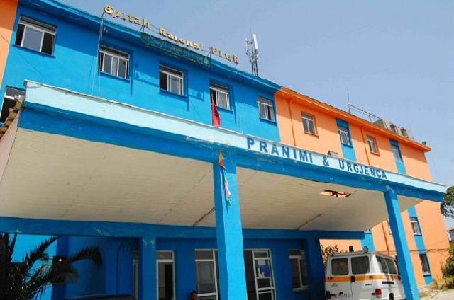 E reja vdes në spital, familjarët akuza mjekëve: I bënë vetëm serum /Foto