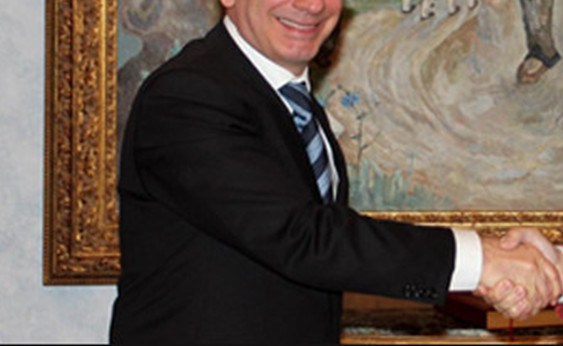 I mbaron mandati, por ambasadori nuk do të largohet nga Shqipëria