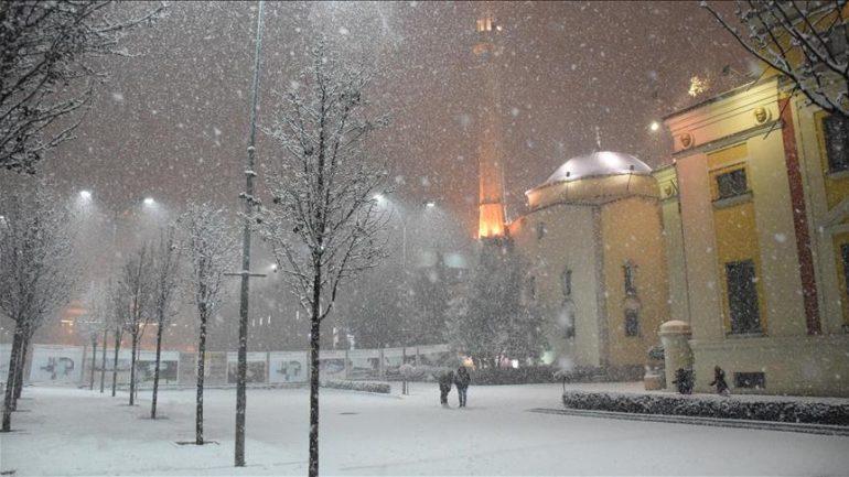 Borë edhe në Tiranë. Metereologët japin njoftimin: Ja ç'do ndodhë në orët e ardhshme /Foto