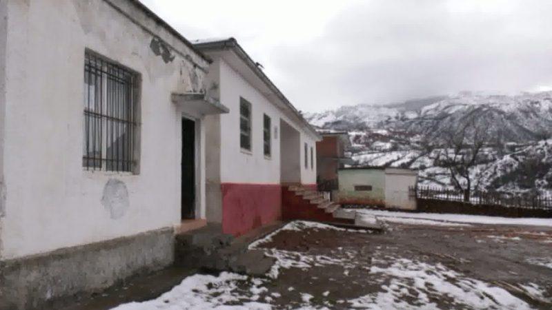 Shkollat e Lindita Nikollës në Bulqizë; Nxënësit, mësim mes lagështisë dhe zjarrit që e ndezin vetë