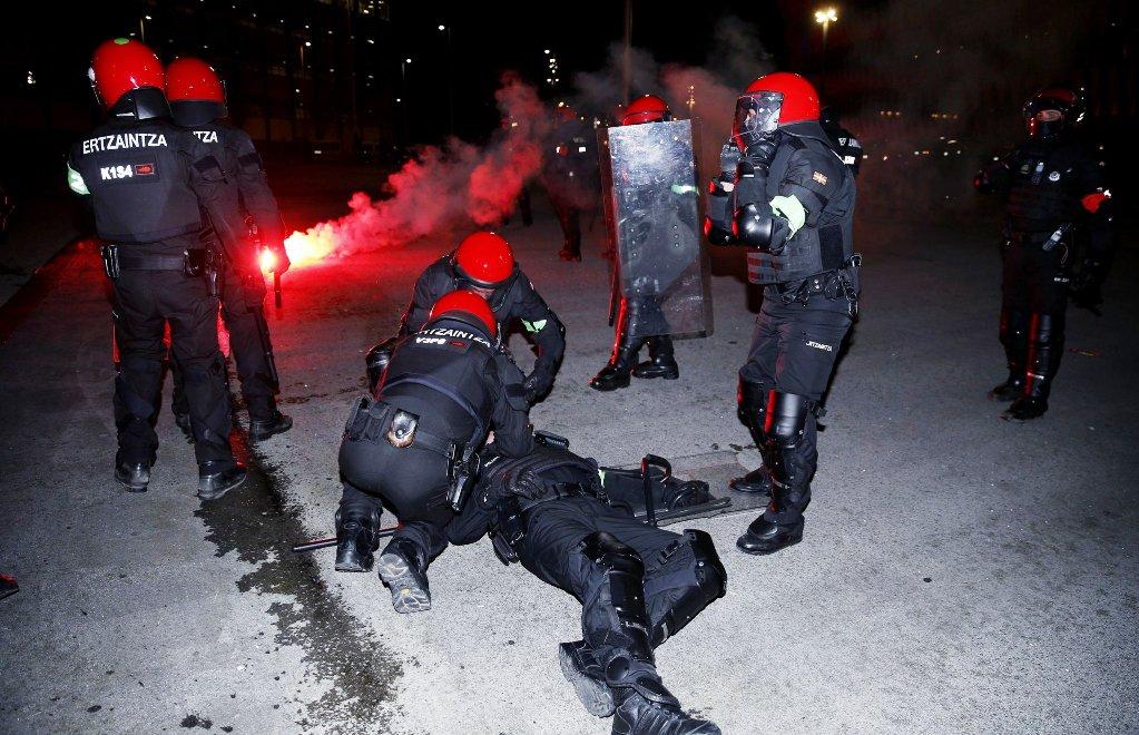 Tragjedi në Bilbao, tifozët i marrin jetën një polici! /Video
