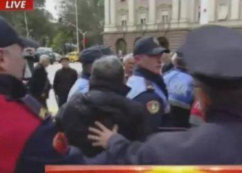 Minatorët përplasen me policinë para kryeministrisë /Pamjet