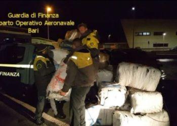 Kapet gomonia me gjysmë ton drogë në Itali, në pranga dy policë e dy skafistët /Emrat+Video