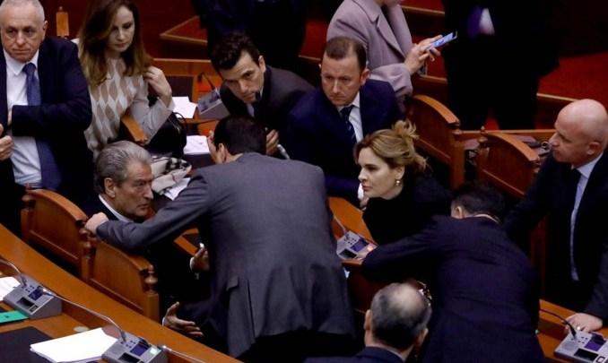 """Pas """"stuhisë"""", si i bashkuan votat në Kuvend PS dhe LSI"""