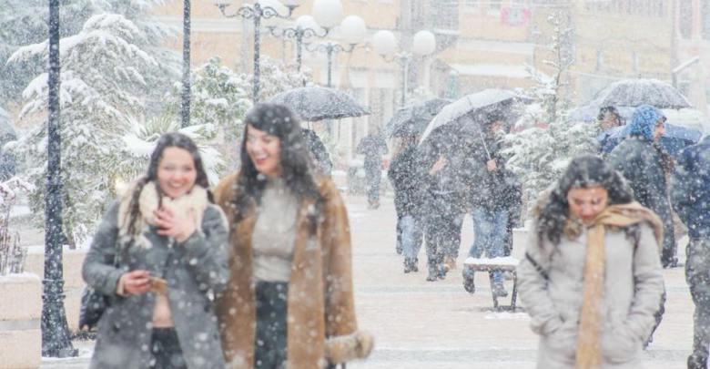 """Rikthehet """"bisha"""", borë e shi në të gjithë vendin. Zonat më të rrezikuara /Foto"""