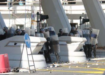Rruga e Kombit, protestuesit u vënë flakën sporteleve, 5 persona të dëmtuar, shkatërrohet gjithçka