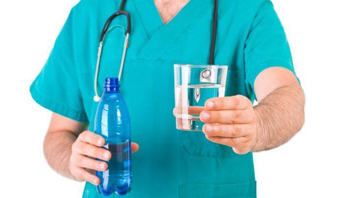 Doktorët ju paralajmërojnë: Mos pini ujë në këto raste, është e rrezikshme