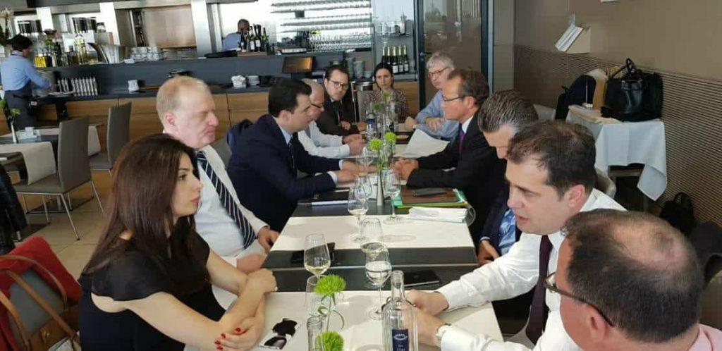 Njihuni me njeriun e paguar për të bllokuar negociatat për Shqipërinë