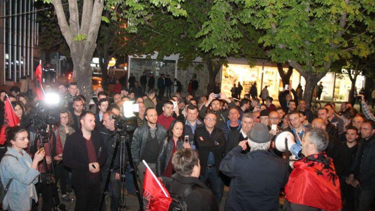 Ndalimi i protestuesve, qytetarët futen brenda drejtorisë së policisë në Tiranë: Lirojini! /Video