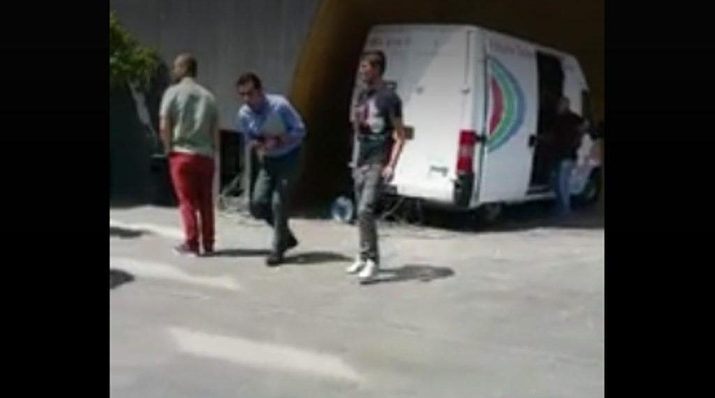 Veliaj sulmohet me vezë nga të rinjtë para takimit për Teatrin [VIDEO]