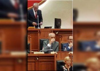Pamje skandaloze nga parlamenti, shihni se çfarë bën Rama prapa kurrizit të presidentes kroate (FOTO)