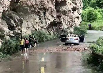 Guri gjigant shkëputet dhe zë poshtë makinën, shpëtojnë mrekullisht 4 persona (VIDEO)