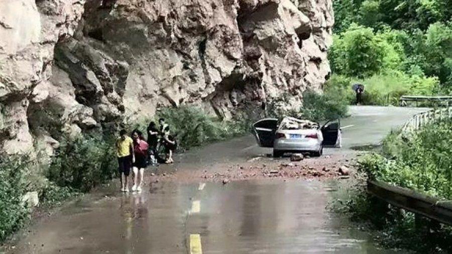 Guri gjigant shkëputet dhe zë poshtë makinën  shpëtojnë mrekullisht 4 persona