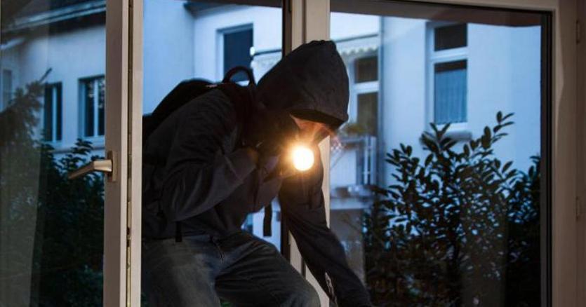 Prangoset hajduti i tmerrshëm në Vlorë  12 vjedhje banesash e lokalesh për tre muaj