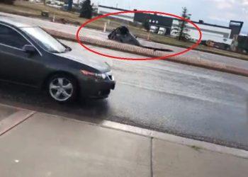 """E tmerrshme, makina """"përpihet"""" nga gropa që hapet papritmas në rrugë (VIDEO)"""