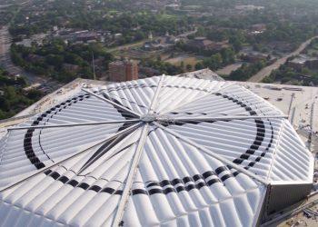 Çmenduri e pabesueshme, stadiumi 'Mercedes Benz' është i lëvizshëm, ja sa kushtoi (VIDEO)