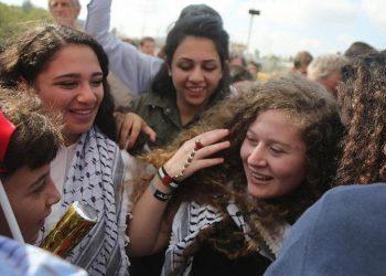 Qëlloi me pëllëmbë ushtarin izraelit, lirohet më në fund palestinezja e guximshme dhe nëna e saj