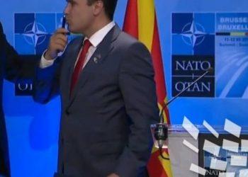 Kryeministri i Maqedonisë Zoran Zaev e puth stilolapsin me të cilin u nënshkrua ftesa për në NATO (VIDEO)