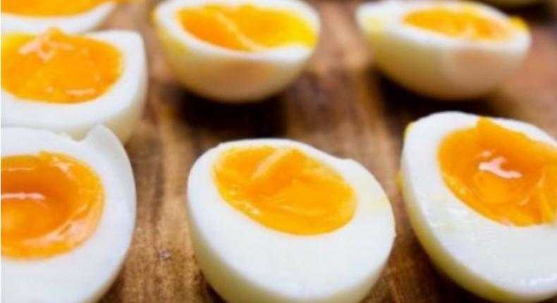 Një vezë e zier dhe pak uthull, ky kombinim do të mposhtë armikun më të madh të trupit tuaj!