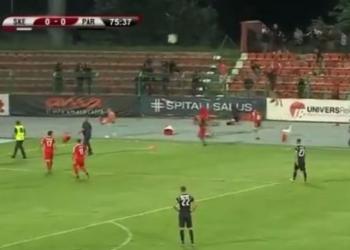 Tifozët përleshen në fushë, ndërpritet ndeshja mes Skënderbeut dhe Partizanit