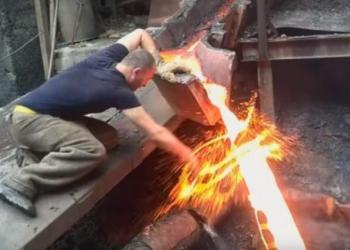 Tronditëse, burri fut dorën e tij në çelikun e shkrirë dhe nuk i bën asgjë (VIDEO)