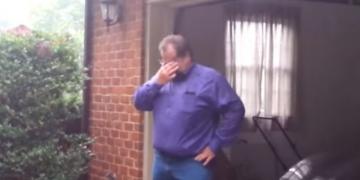 E shiti makinën e tij për të shkolluar vajzën, ajo që i bën e bija dhuratë pas 21 vjetësh e bën të qajë (VIDEO)