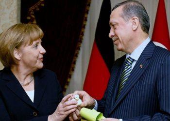 Kë duan më shumë shqiptarët, Merkel apo Erdogan?