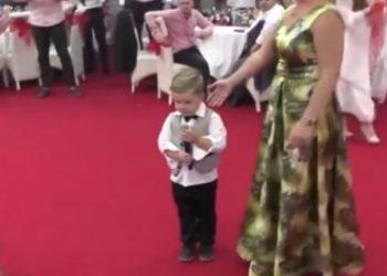 4-vjeçari i këndon çiftit në dasmë, ndizet atmosfera ja ç'bëjnë të ftuarit (VIDEO)