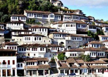 """Qyteti i """"Një mbi një dritareve"""", 100 mijë turistë brenda 2018 kanë vizituar Beratin"""
