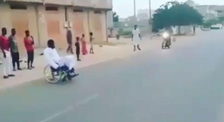 Lëvizte me karrocën e invalidit, por shikoni veprimin e tij kur ishte pranë aksidentit