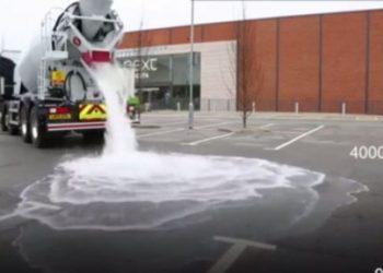 Asfalti që s'do t'ia dijë për shiun, shpikja kundër përmbytjeve (VIDEO)
