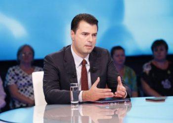 Basha 'zhvishet' gjatë emisionit: Keni vapë ju apo vetëm unë? (FOTO)