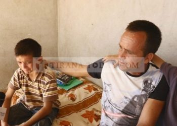 Apeli i tre fëmijëve: Shokët na përbuzin, mësuesja na rreh se jemi të varfër (FOTO-VIDEO)