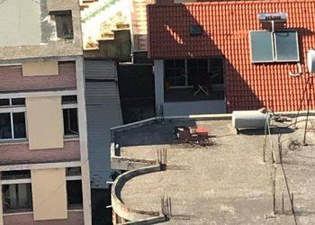 Skandal: Drejtori i emergjencave në Bashki i bllokon hyrjen poliklinikës, për të ndërtuar qymez për pulat (FOTO)