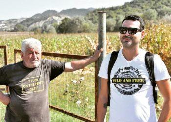 Fotoja që po bën xhiron e rrjetit, sikur ta dinte ky i moshuari shqiptar ç'shkruhej në bluzën e tij (FOTO)