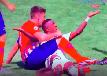 Tension në derbin e Madridit, kapiteni i Atleticos kafshon në kokë lojtarin e Realit (VIDEO)