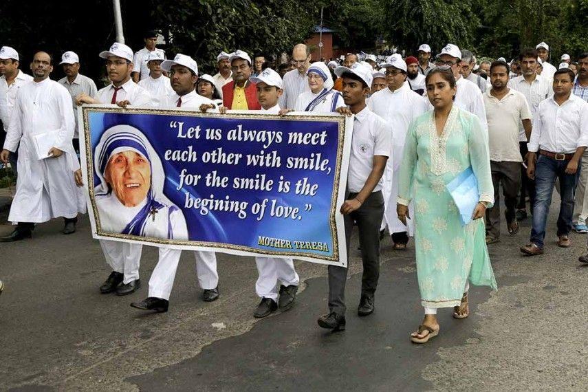 Miliona njerëz nëpër botë kremtojnë shenjtërimin e Nënë Terezës