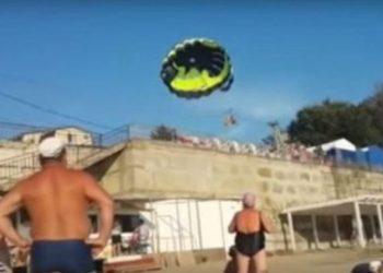 Çifti hyp në parashutë, përplasen keq me linjat energjetike, dëshmitarë panë tmerrin me sy (VIDEO)