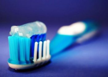 Kujdes! Ky përbërës në pastën e dhëmbëve shkakton kancer në zorrën e trashë