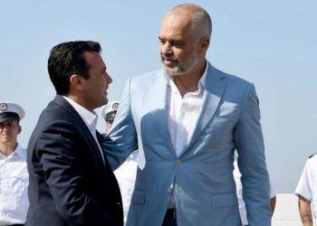 Edi Rama ngre flamurin e Maqedonisë në Durrës, u jep portin (VIDEO)