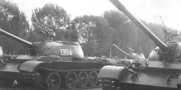 """""""Avionë, tanke, luftanije dhe nëndetëse me vlerë 130 mld dollarë"""": A ishte kjo pasuria marramendëse e ushtrisë shqiptare së viteve '80? (FOTO)"""